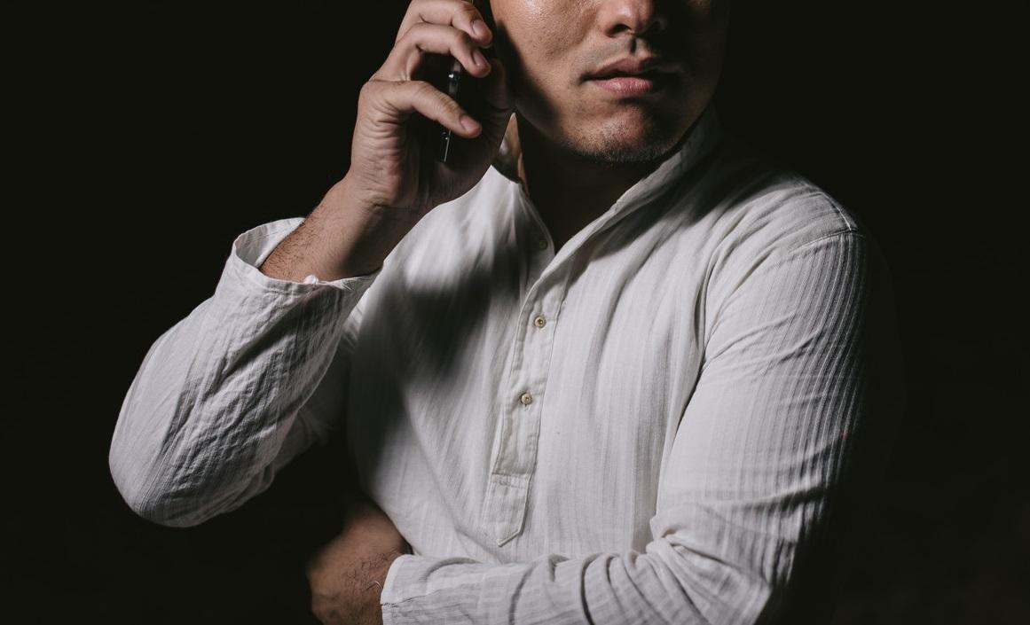 電話エッチをする男性